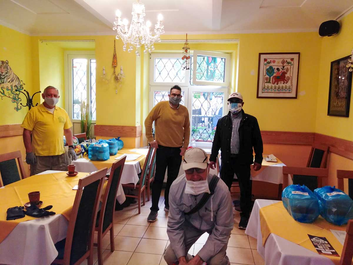 Stuart Amesbury, Alan Rasquinha, Gerry Tipple, Mamun_distributing meals as part of RC International'Indian Food Helps Život 90